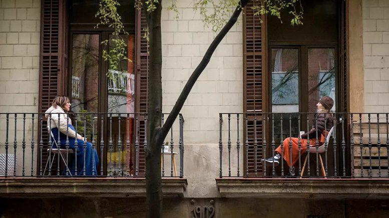 Vecinas de Barcelona dialogan desde su balcón